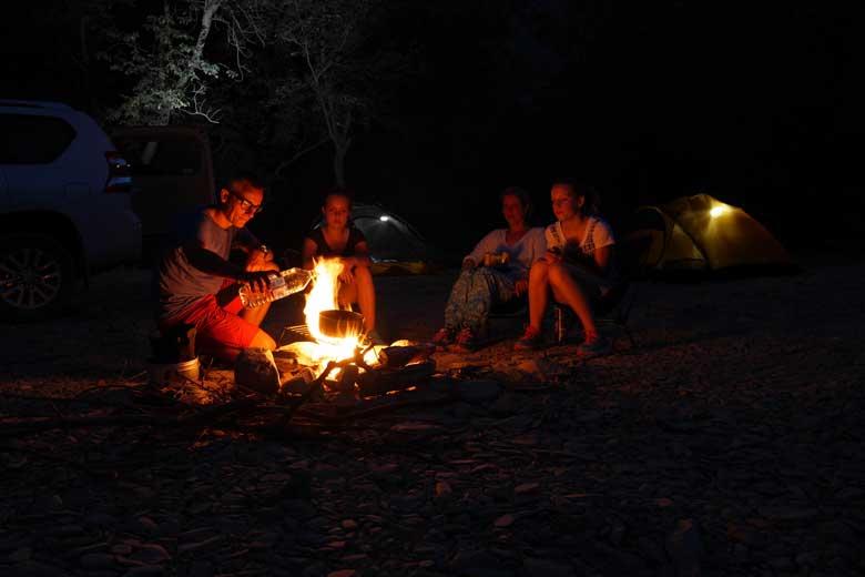Die avond koken we dankzij sprokkelhout, firesteel en berkenbast op een kampvuurtje.