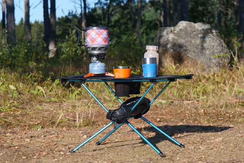 Het tafelblad van de Helinox Table One is van doek dat sterk genoeg is om kampeerspullen te dragen.
