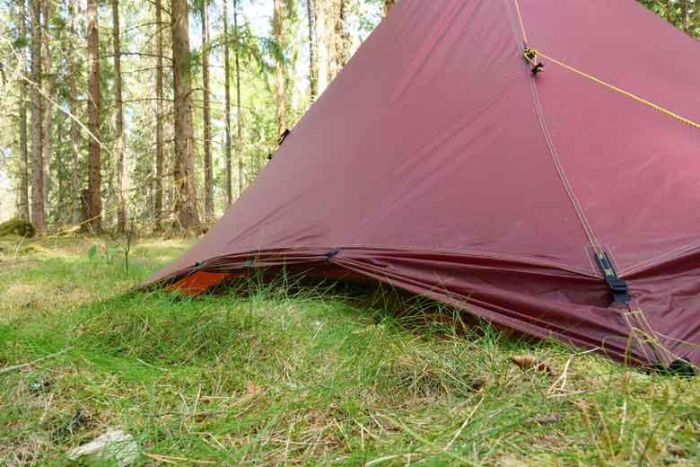 De sneeuwflappen kan je op rollen zodat je de tent veel beter kan ventileren.