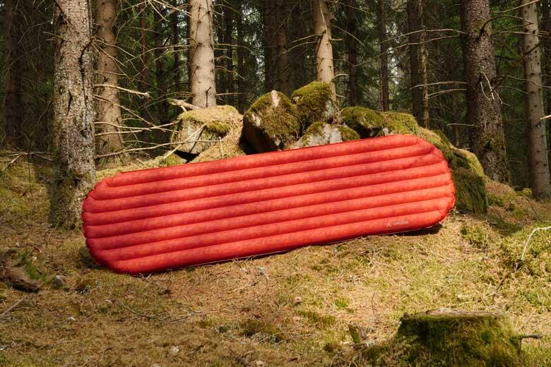 De Vaude Performance 7 heeft zijn banen in de lengte waardoor hij stabiel slaapt.