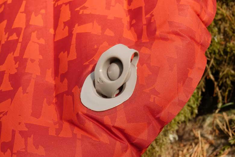 De Vaude Performance 7 heeft een ventiel dat je open kan laten staan bij het leeglopen.