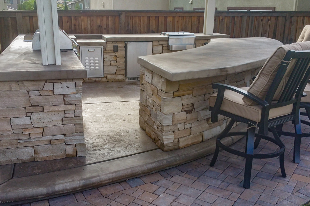 rounded seating bar outdoor kitchen
