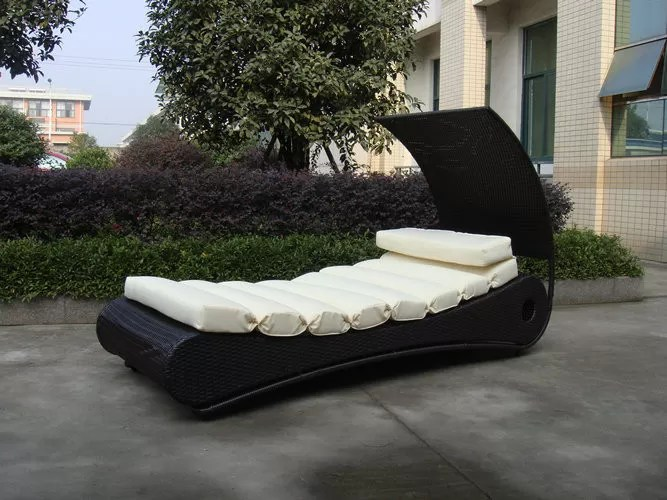 Comfortable Roofed Black Rattan Sun Lounger With White Cushion