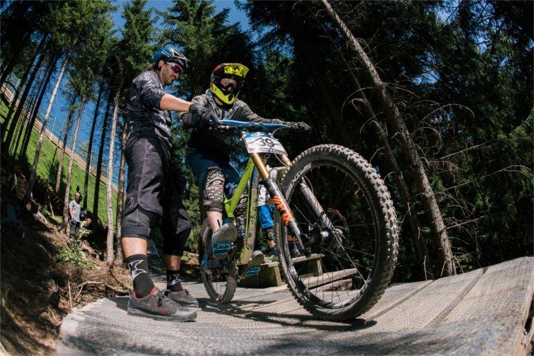Rob J schaut sich bei jungem Mountainbiker die Haltung an