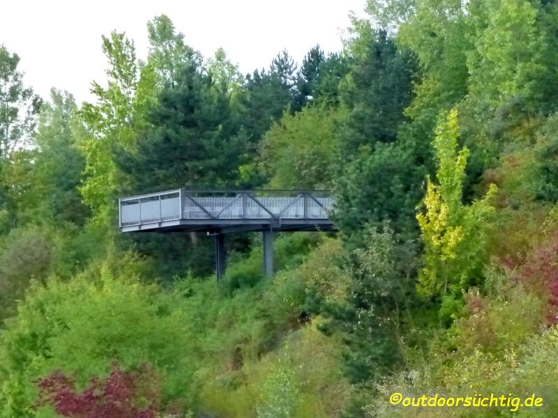 Auf der mittleren Ebene kann man eine Balkonpromenade entlang spazieren