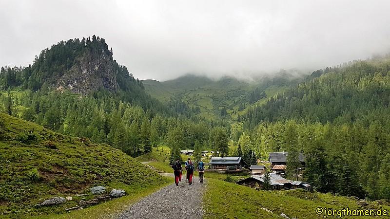 Die Filzmoosalm - umrahmt von Bergen