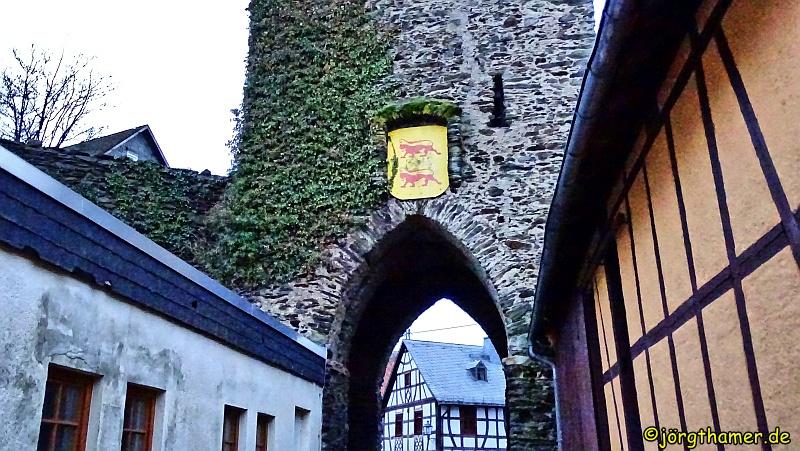 Durch den Ortskern Richtung Burg Altweilnau