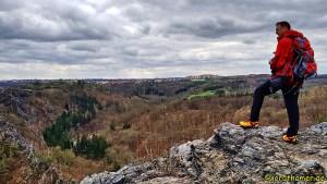Wanderer blickt auf Mädchensprung