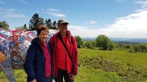 Jörg und Doris vor der bunten Kuh