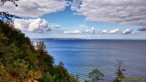 Wandern auf Rügen - die Kreidefelsen in der Ferne