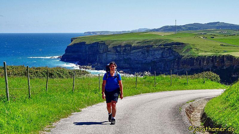 Camino del Norte in Kantabrien - Silke wandert auf Asphalt