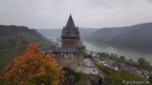Wandern im Mittelrheintal - Blick über Burg Stahleck