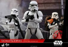 hot-toys-rogue-one-stormtrooper-set-011