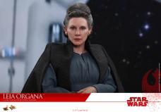 Hot-Toys-Last-Jedi-Leia-011