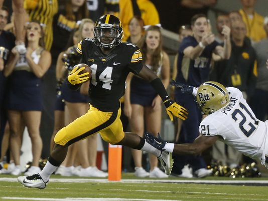 Iowa CB Desmond King returns an interception against Pitt. (Photo: Bryon Houlgrave, The Register)
