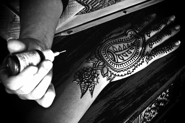 making-henna-tattoo.jpg_effected-001