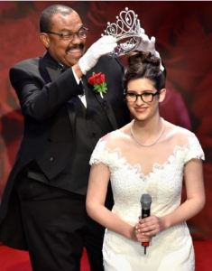 Tournament of Roses President Gerald Freeny places crown on Siskel, the 101st Rose Queen.