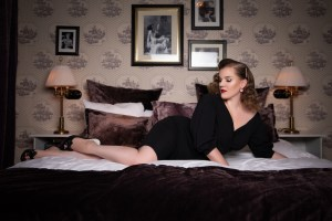 Watch! Get to know the burlesque photographer Tigz Rice.