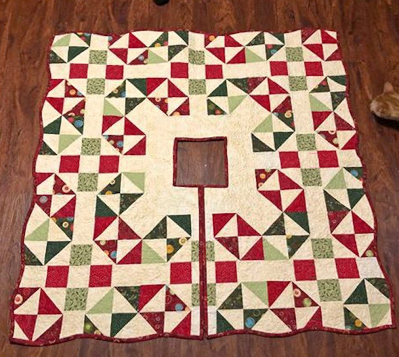 Perfect 10 QAL Tree Skirt │ Out of the Blue Quilts