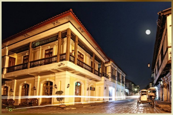 Vote for Vigan City - Calle Crisologo at night
