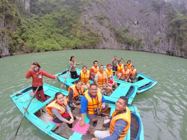 Pinoy Travel Bloggers in one the Ha Long Bay Lagoons