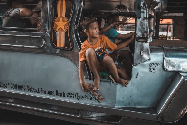 Jeepney in Manila photo by Bash Carlos via Unsplash