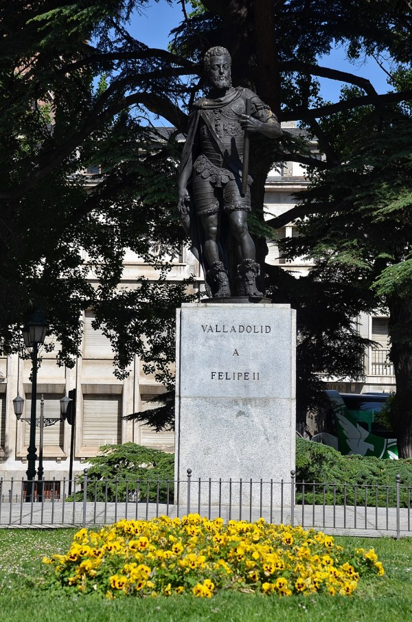 Statue of King Felipe II made by sculptor Frederick Coullaut-Valera