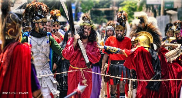 Moriones Passion of the Christ parade photo by Renz Tuzon