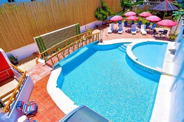 Red Coco Inn poolside