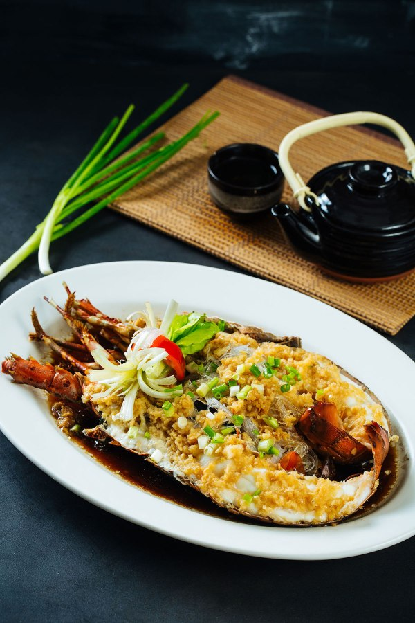 Steamed Live Lobster with Garlic