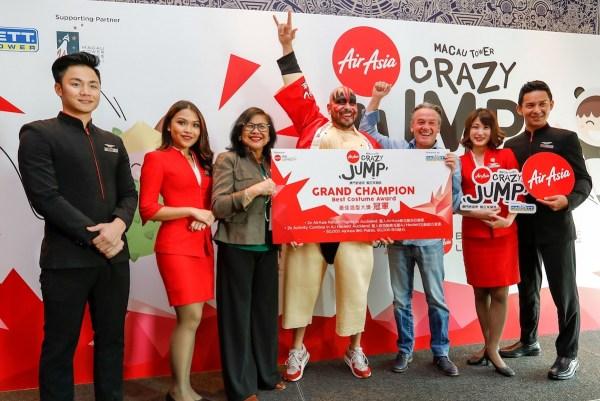 Ernesto Humberto Trevino Amezcua, winner of Best Costume and Best Jump of the Day, flanked by AJ Hackett CEO Alan John Hackett (R), AirAsia X Malaysia Chairman Tan Sri Rafidah Aziz (L) and AirAsia cabin crew.