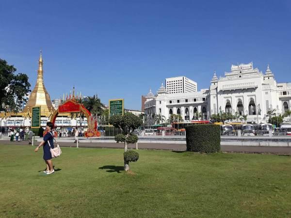 A view of Sule Pagoda and Yangon City Hall from Maha Bandoola Park