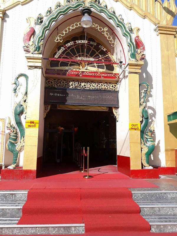 Entrance gate of Botataung Pagoda