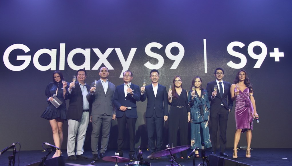 (Marketing Director Chad Sotelo, Business Unit Head for IT & Mobile Jerry Manus, President Kevin Lee, Business Unit Advisor for IT & Mobile Min Su Chu, Product Marketing Manager for Flagship Smartphones Lea Cua, Marketing Manager for Flagship Smartphones Chiqui Tapawan, and Product Marketing Head for IT & Mobile Ivan Pua) were joined by the S9 and S9+ ambassadors, Georgina Wilson and Solenn Heussaff, to toast the successful unveiling of the Galaxy S9 and S9+: The Camera Reimagined.