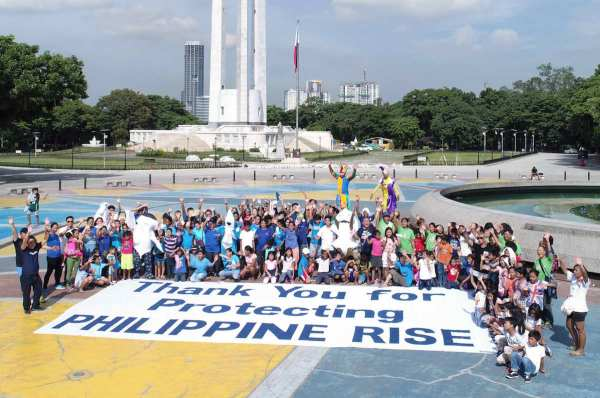 Around 100 dancers staged a flashmob at the Quezon City Memorial Circle, to celebrate the recent Presidential proclamation which declared portions of the Philippine Rise as a marine resource reserve.