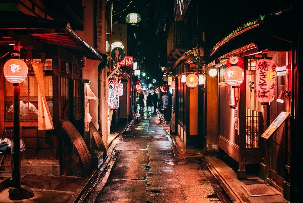 Pontocho Alley photo by Florian Pagano via Unsplash