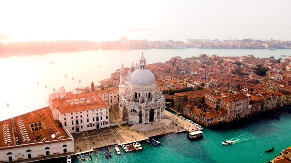 Venice Travel Guide Blog photo by Candre Mandawe via Unsplash