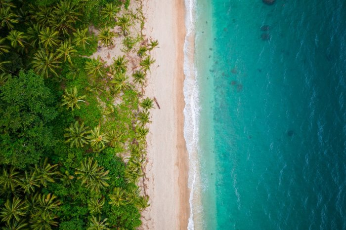 Best Beaches Near Manila - Puerto Galera Photo by Jules Bss via Unsplash