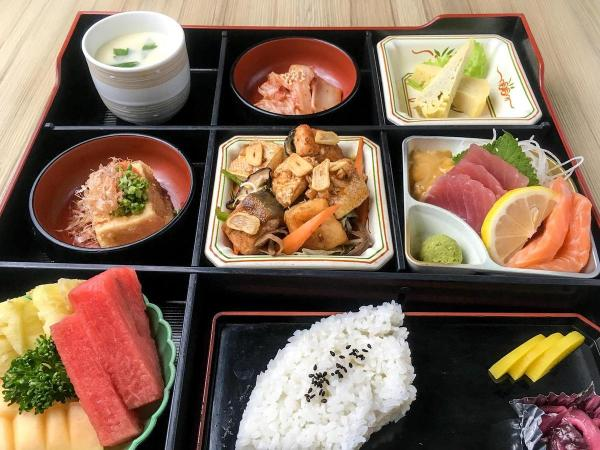 The deluxe matsu bento box is valued at Php1,000 (VAT inclusive) and has three choices for main course US Beef teppan, Grilled Eel, or Salmon teppan.
