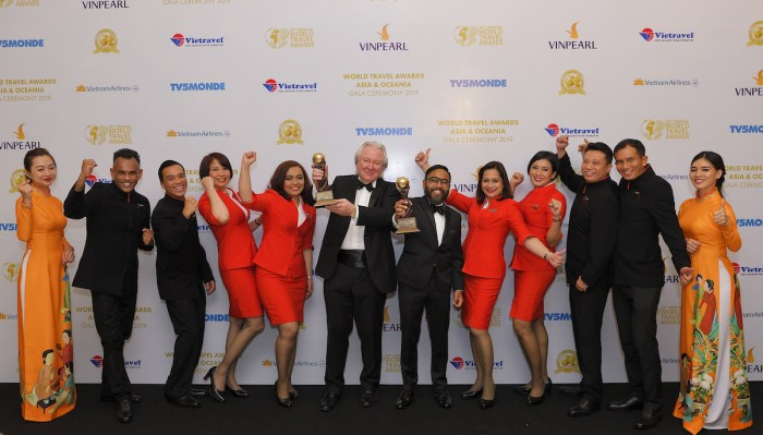 AirAsia Malaysia CEO Riad Asmat and a group of AirAsia's pioneer cabin crew accepted the Asia's Leading Low-Cost Airline and Asia's Leading Low-Cost Airline Cabin Crew awards from President and Founder of World Travel Awards Graham Cooke (centre left).