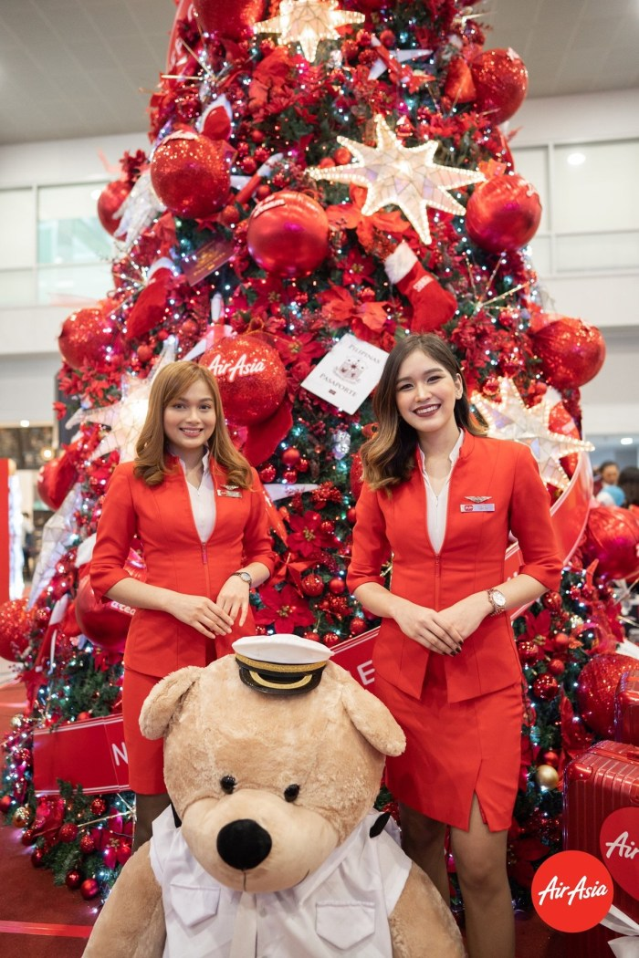 Attending the AirAsia Christmas Tree ribbon-cutting at NAIA Terminal 3 were AirAsia Brand Ambassadors Gab Mejia and Team Kramer, AirAsia Philippines Chief Commercial Officer Gilbert Simpao, AirAsia Philippines vice-chair Sheila Romero, AirAsia Philippines CEO Ricky Isla, NAIA Assistant General Manager Germaine Pormento, and Terminal 3 Manager Joycelyn Mapanao.