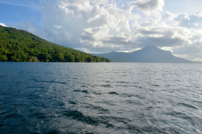 Best of both worlds - Cruising around taal lake allows you see peaceful waters and a distant view of Mt. Maculot
