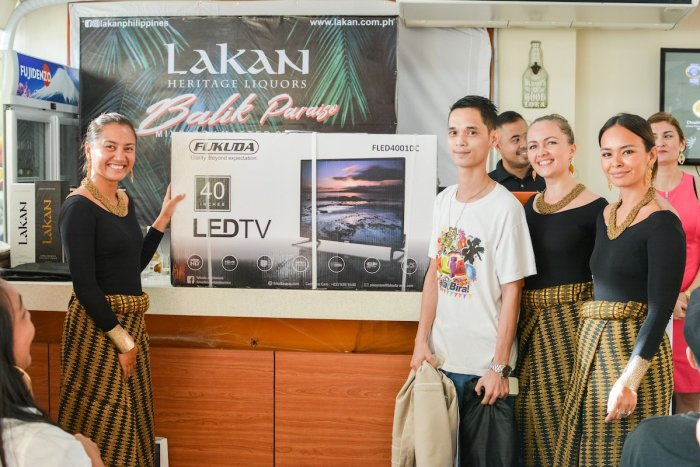 Lakan's muses awards a new LCD Monitor to the raffle winner
