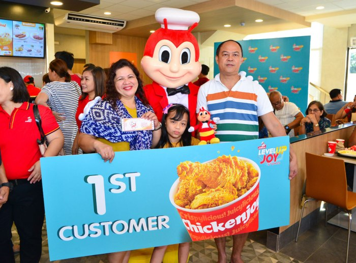 The first customers of the latest Level-Up Joy Store at Jollibee Petron SLEX.