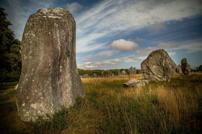 Carnac stones in Brittany in northwestern France photo by @alx2bgx via Unsplash