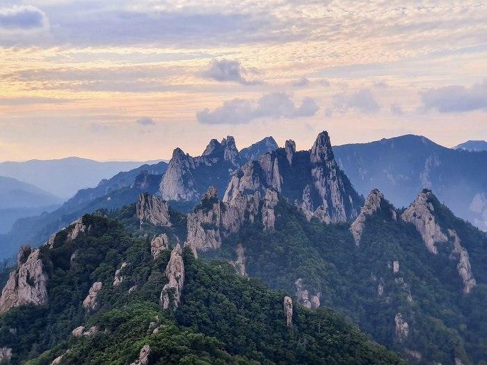 Dinosaur Ridge of Seoraksan National Park photo by Taewangkorea via Wikipedia CC