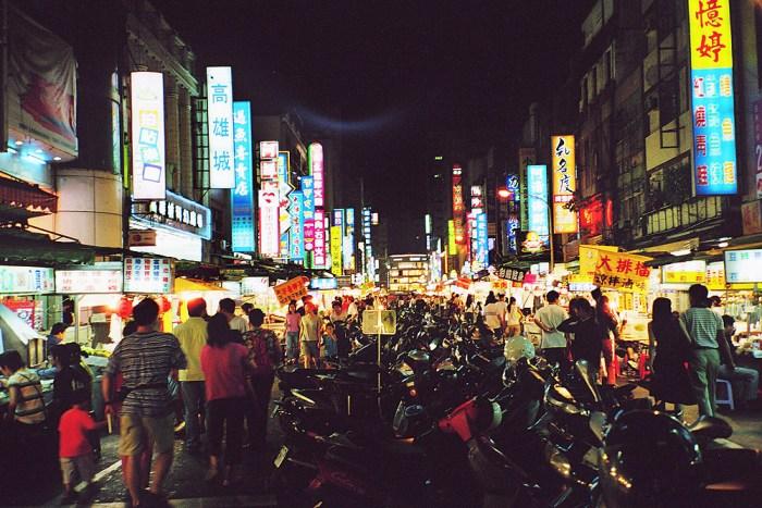 Marché nocturne de Liuhe à Kaohsiung Taiwan photo via Wikipedia CC