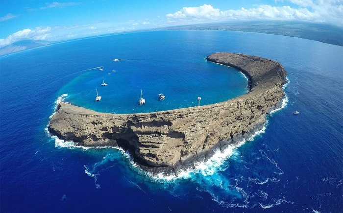 Snorkel boats at Molokini Crater Maui by Bossfrog via Wikipedia CC