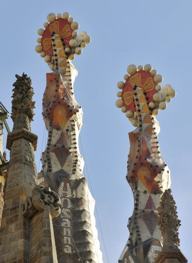 The pinnacles of the towers are brightly colored structures that refer to the attributes of the bishop done in Murano glass. They have cavities where lights will be placed, making them glow at night.
