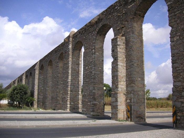 Aqueduto da Agua de Prata by Nikater via Wikipedia CC